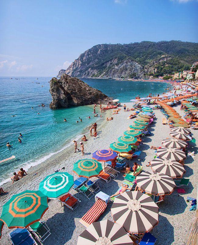 Cinque terre italie parasols color s sur la plage de cinque terre l 39 ouest de la spezia en - La spezia office du tourisme ...