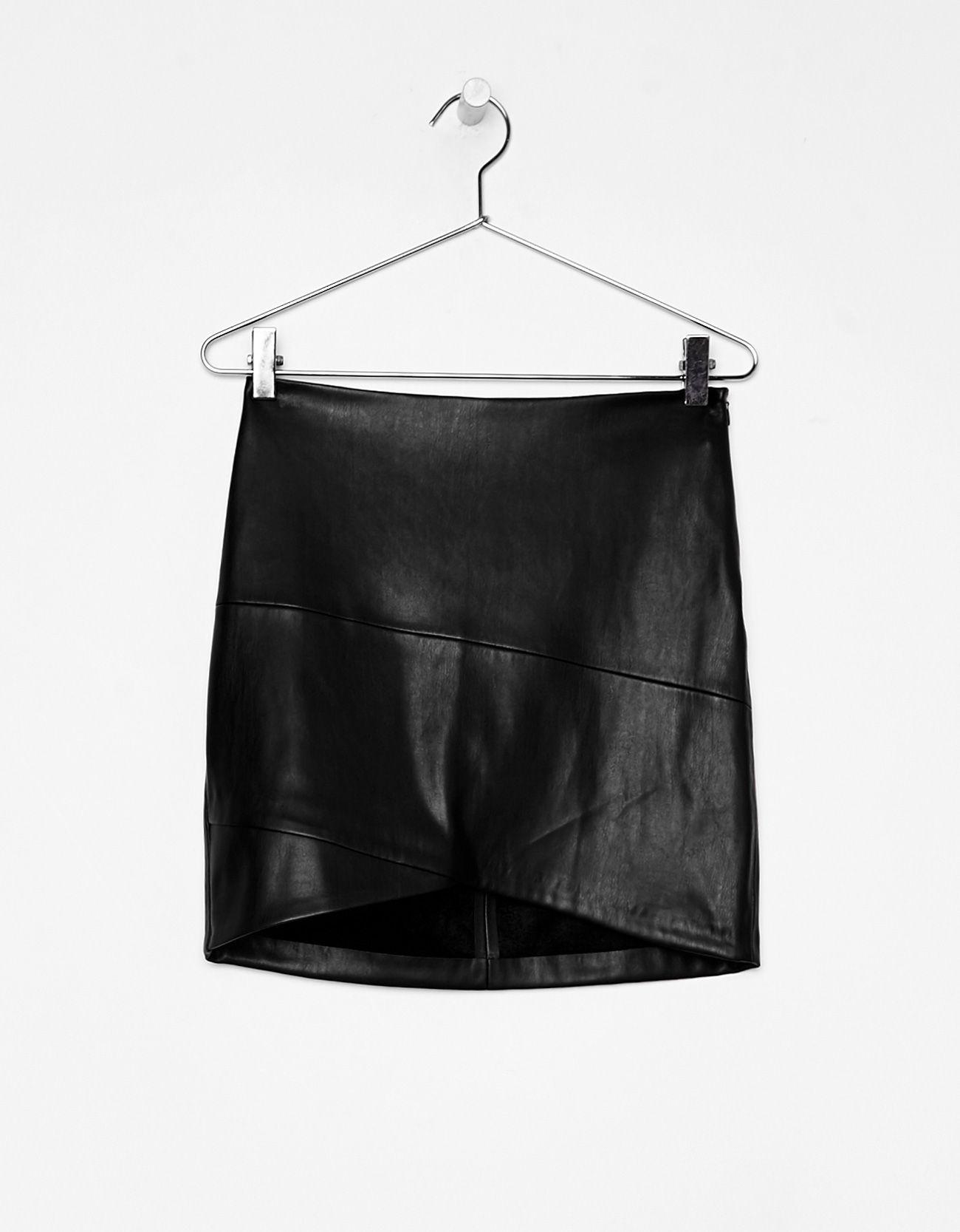 Minissaia Efeito Pele Descubra Esta E Muitas Outras Roupas Na Bershka Com Novos Artigos Cada Semana Leather Mini Skirts Skirts Mini Skirts