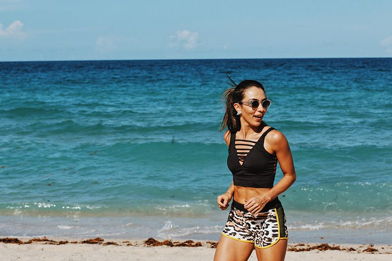 Top Preto Carmen Steffens com recortes - Linha Fitness