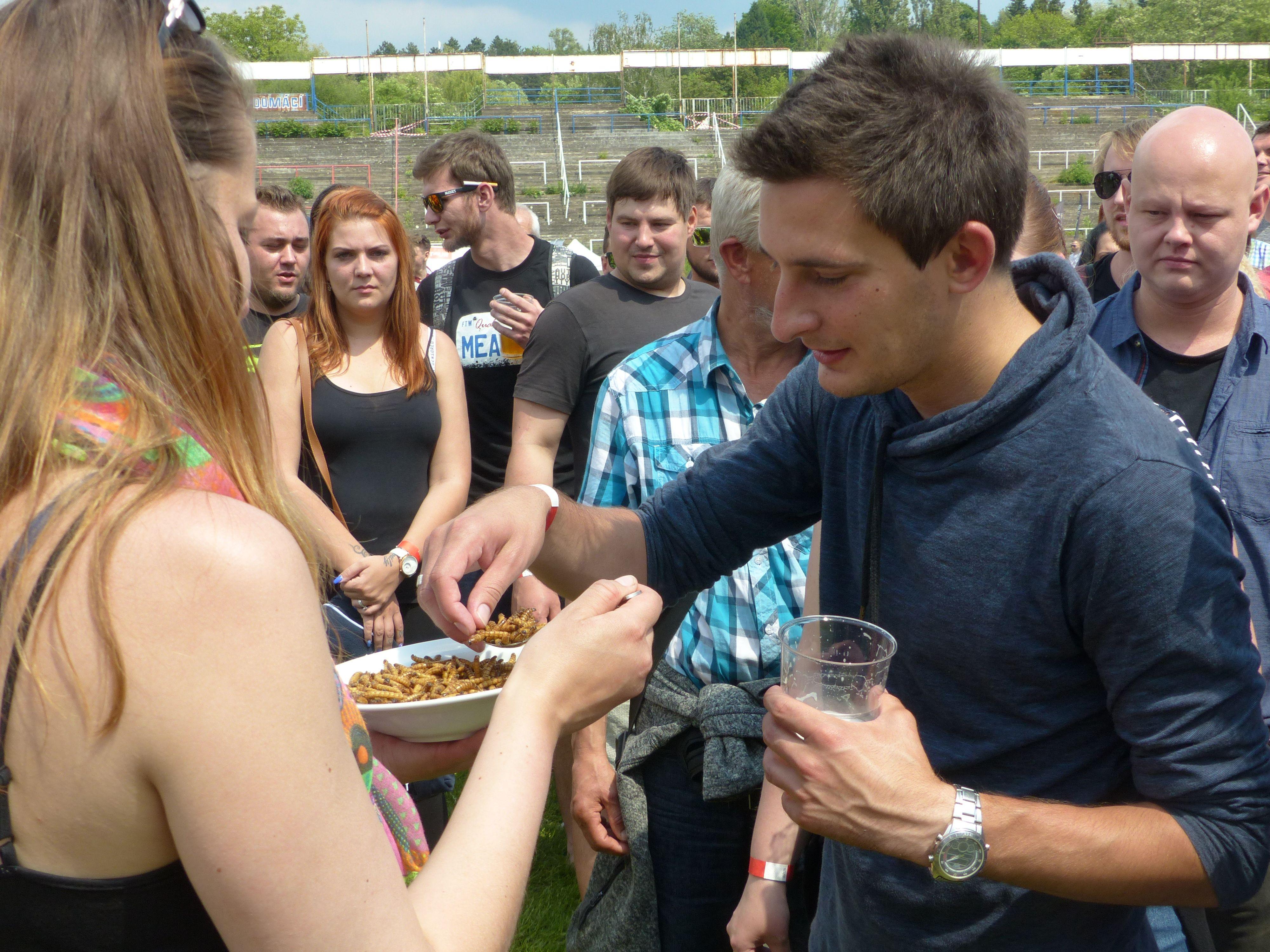 Účastníci festivalu vytvořili český rekord v počtu lidí pojídajících červy na jednom místě.