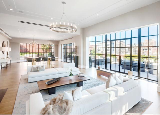 Schönen Wohnen. Gross Wohnzimmer mit weiss sofa und Kronleuchter. New York Stil Penthouse  http://wohn-designtrend.de/