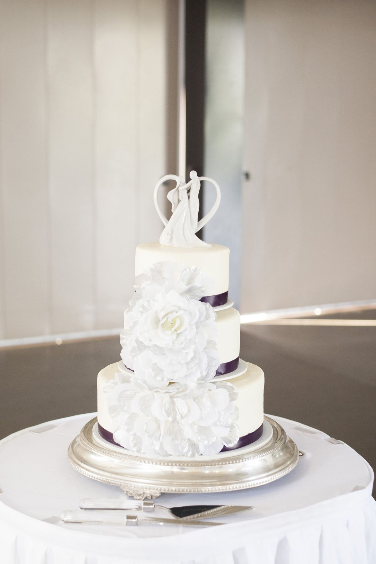 This cake is too pretty! Photo by Angeli. #MNWeddingPhotographer #WeddingCakes