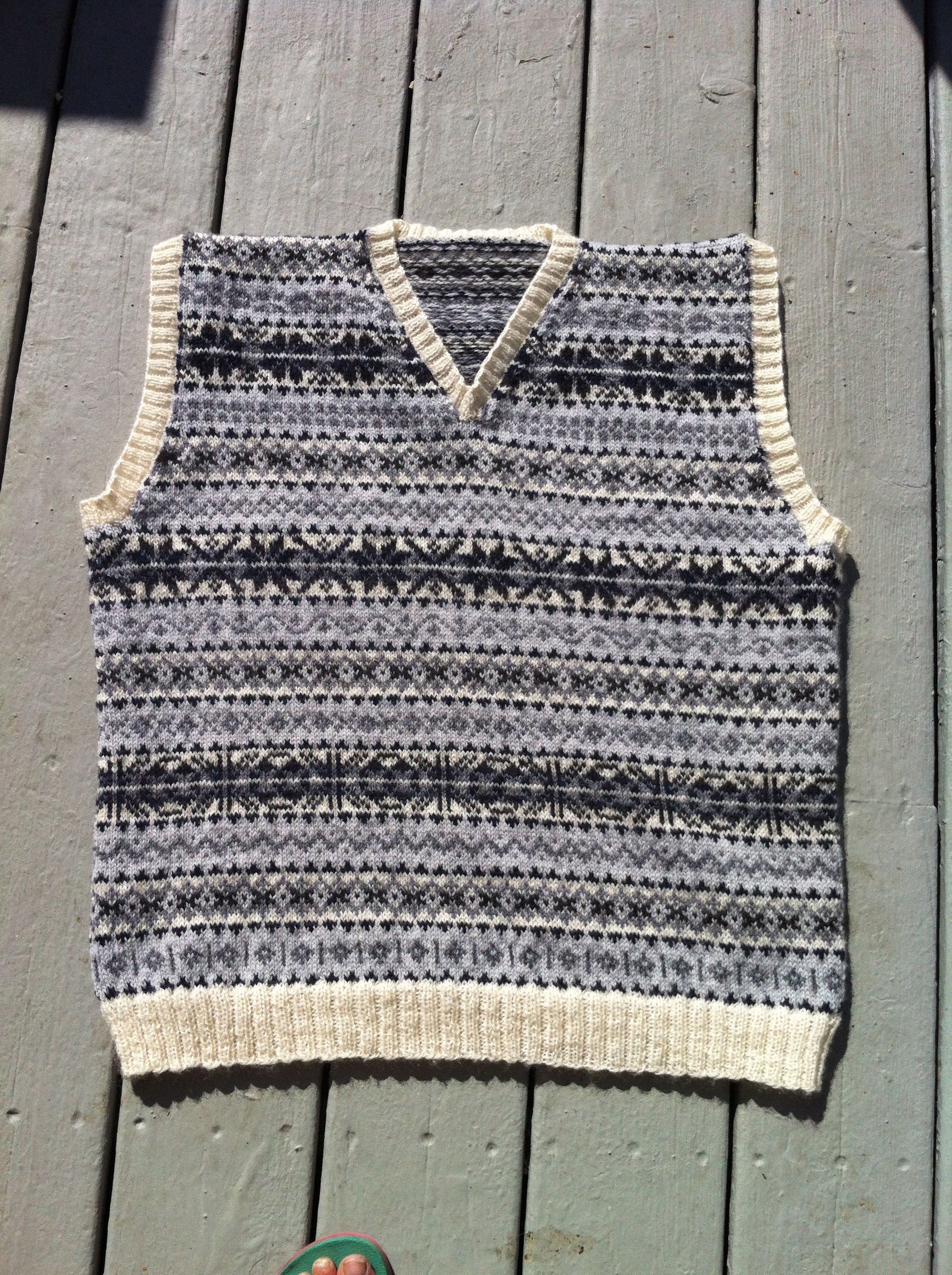 Knitting Pattern Chest Sizes : 40 inch chest. Size 2 circular needles. Two handed stranded colorwork. Steeke...