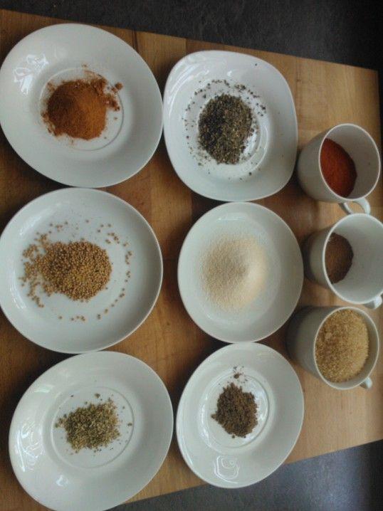 Die Zutaten für's Rub: Paprikapulver, Zucker, Pfeffer, Knoblauchpulver, Kumin, Cayenne Pfeffer, Senfkörner, Oregano