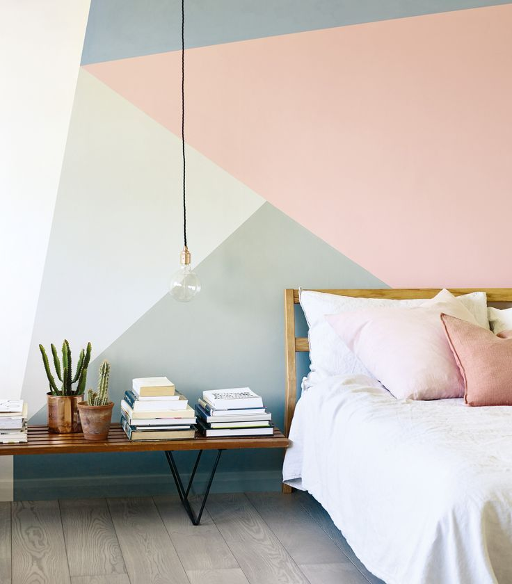 Photo of geometrisches Wandmuster in Pink, Grau, Blau und Weiß von Fired Earth in einem Schlafzimmer – Neue Deko-Ideen