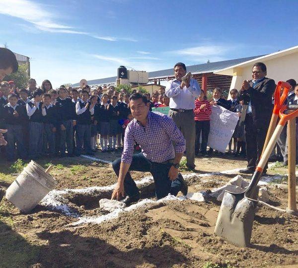 """Colocan primera piedra de """"Modulo Sanitario"""" para escuela"""