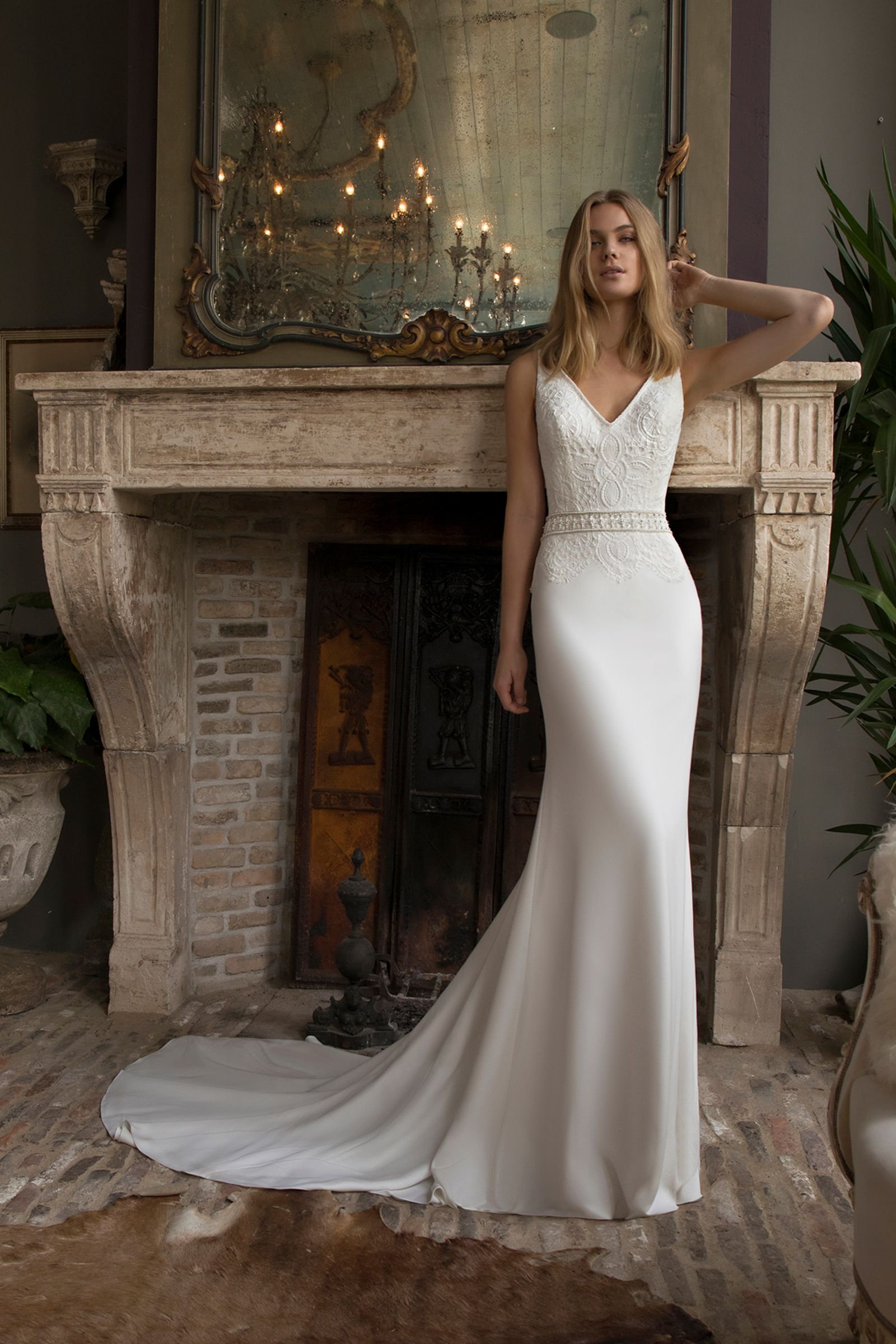 372084ebe835 is absolutely one of our favourite dresses of the 2019 collection. The  stunning has a beautiful silhouette and the combination of fabrics is just  exquisite.