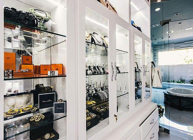 As joias da ex-miss também ficam expostas no closet (Foto: Chinh Phan/Neiman Marcus)