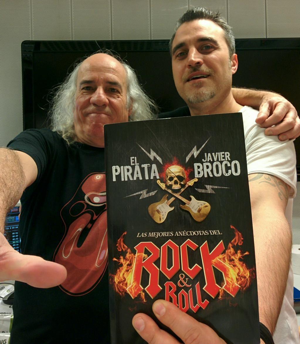 El Pirata y Javi Broco posan con su libro, Las Mejores Anécdotas del Rock And Roll cuya cubierta he diseñado para La Esfera de los Libros.