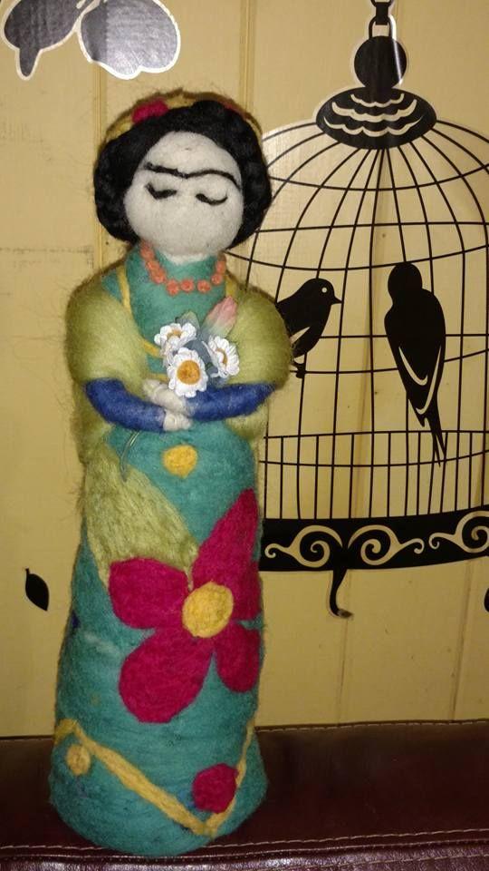 Muñeca rústica en vellon agujado de FRIDA KAHLO, hecha por Vellonas Chilhué