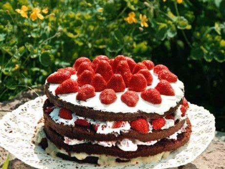 Jordgubbstårta - En ljuvligt god tårta med chokladbottnar, citronkräm och syrligt jordgubbsmos. Tårtbotten ska bakas en dag i förväg och vila över natt innan den delas. Citronkrämen kokas också med fördel en dag i förväg.