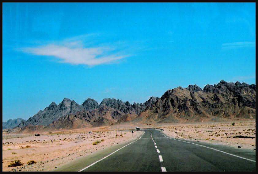 Minhas fotos do Mar Vermelho-Egito... Aguas azuis, golfinhos, corais e... camelos! -  Estrada que leva ao Parque Nacional Marinho de Ras Mohamed (20 km da cidade ......e um dos melhores lugares p/ fazer snorkling e mergulho)