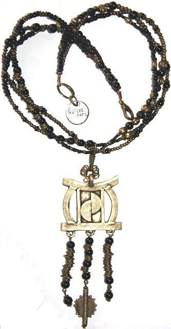 bosquimano, 70cm con colgante, 25,00 € . Realizado con cuentas de cristal, bronce y colgante bronce de África