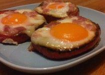 Eieren in paprikaringen met spek