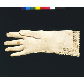 V&A Linen Glove ca. 1610 (made) Linen with cutwork and bobbin lace. http://collections.vam.ac.uk/item/O130598/glove-unknown/