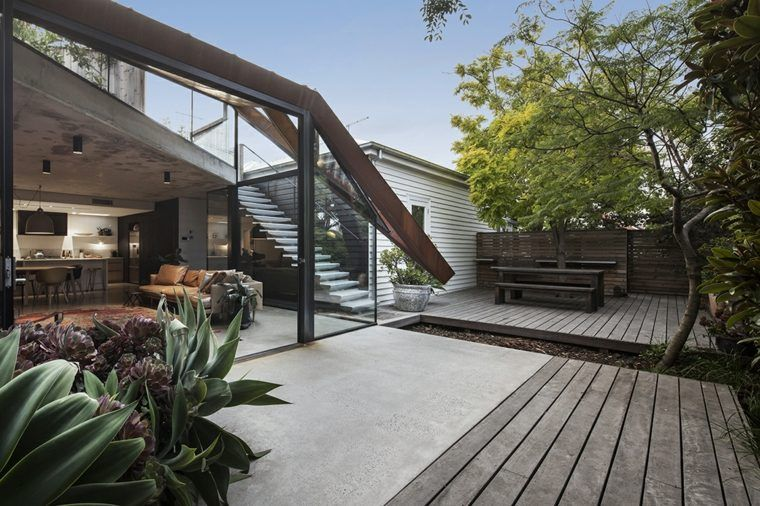 maison avec toit en verre le jardin de devant et la construction latrale