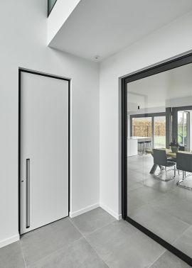 porte int rieure moderne finition blanc avec un encadrement bko noir un peu d 39 intimit. Black Bedroom Furniture Sets. Home Design Ideas