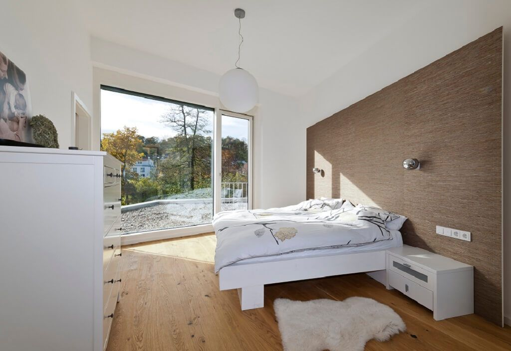 Helles modernes schlafzimmer im haus bullinger baufritz for Moderne inneneinrichtung haus