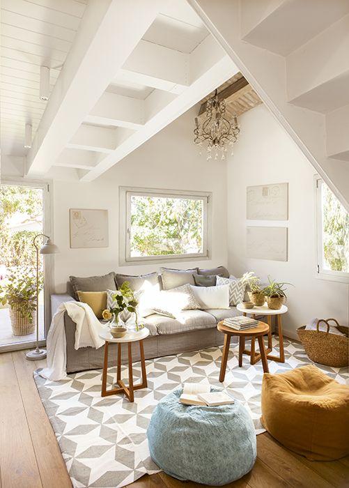 00425991 Salón decorado en blanco y gris con alfombra geométrica