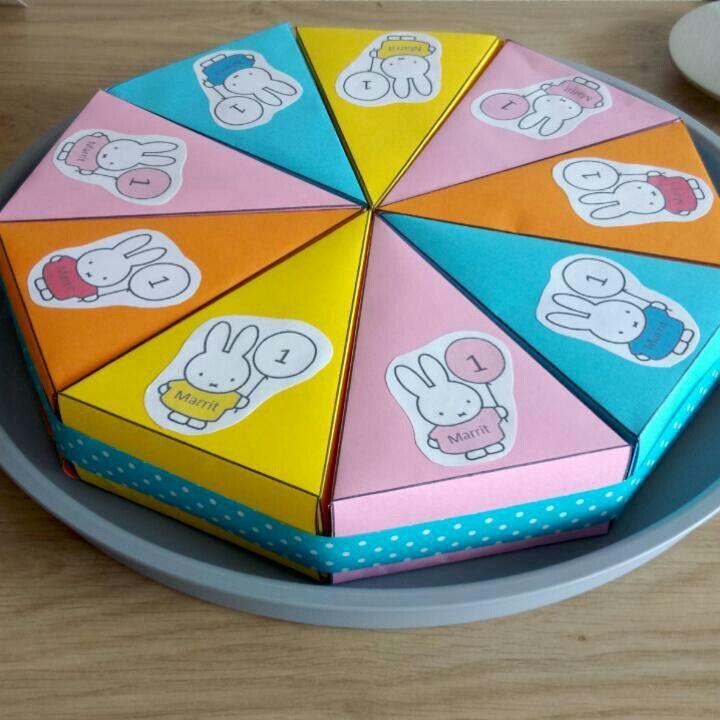 Traktatietaart met Nijntje, gevuld met onder andere Nijntje koekjes. Beetje creatie van mezelf (Nijntje van Internet bewerkt in print) en basis komt van http://www.party-kids.nl/traktaties/taart-van-taartpunten-met-eigen-foto/