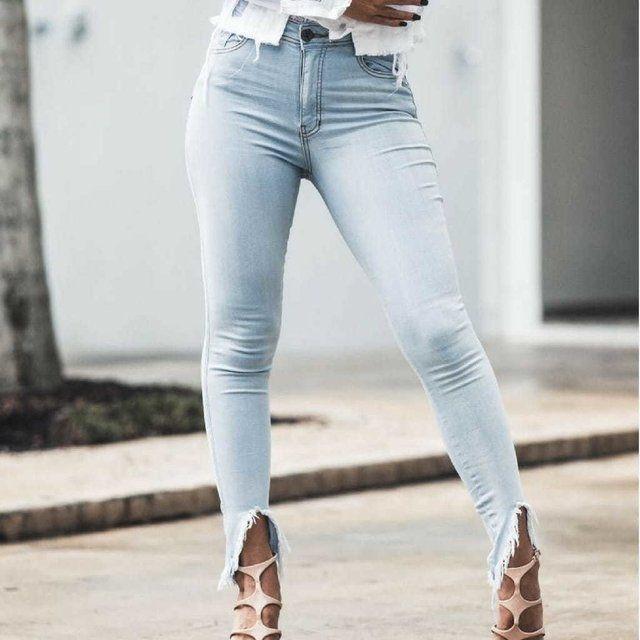 4417f6809 Calça Jeans Delavè com elastano, barra assimétrica desfiada finalizada com  FRANJA no estilo Boho,
