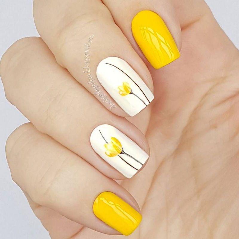 nail art facile ongles courts idée avec fleurs jaunes pour l\u0027été