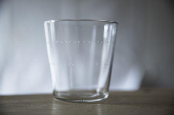 不揃いな四角い模様が描かれた強化ガラスのうすはりのグラスです。 SIZE:Φ83 x h85mm容量:300ml品質には十分注意しておりますが、サンド...|ハンドメイド、手作り、手仕事品の通販・販売・購入ならCreema。