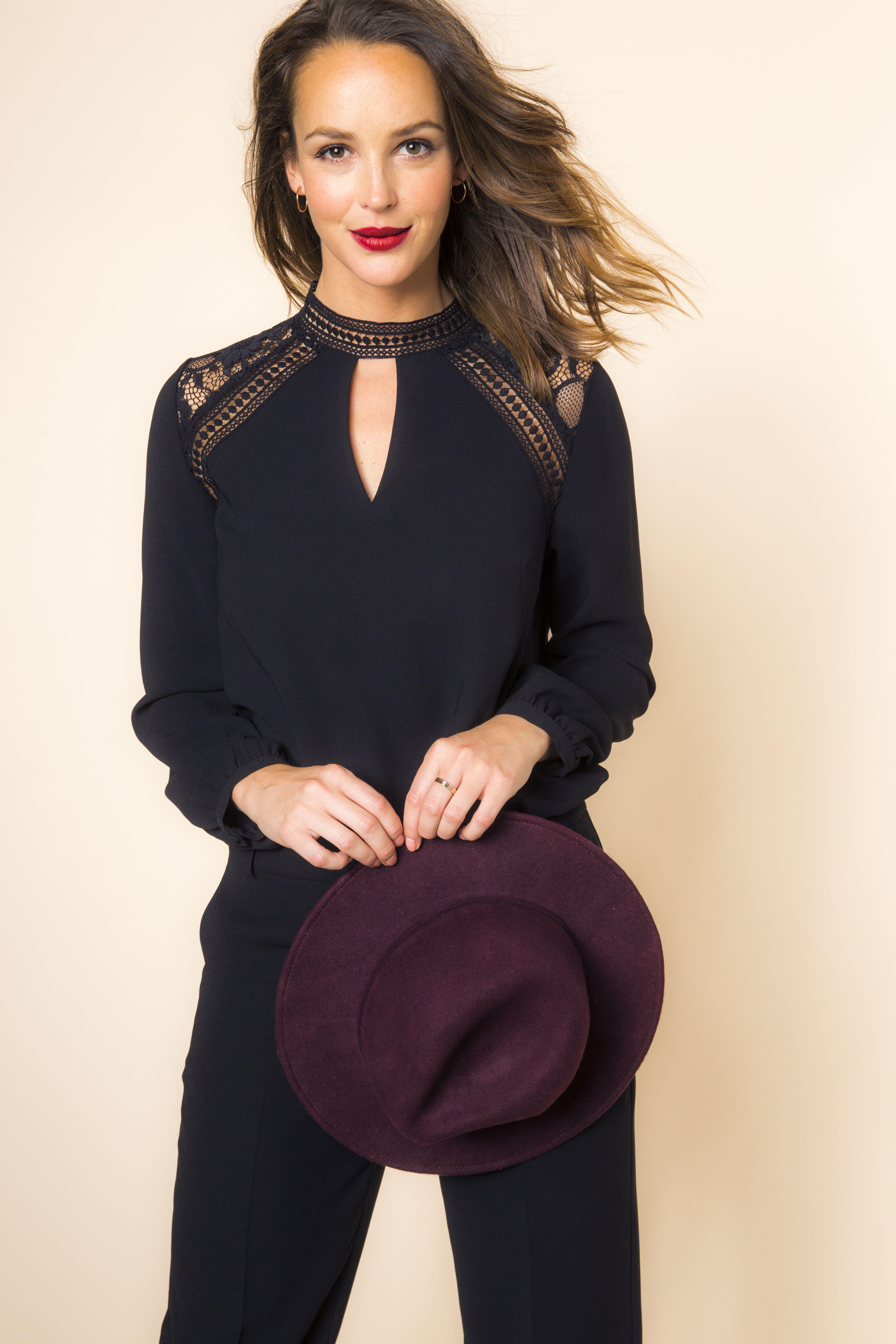 blouse manches longues noir d tails dentelle col montant chapeau feutre bordeaux cama eu. Black Bedroom Furniture Sets. Home Design Ideas