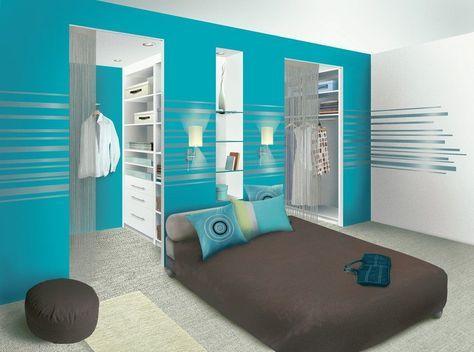 chambre parentale/ une salle de bain au milieu et un mur de dressing