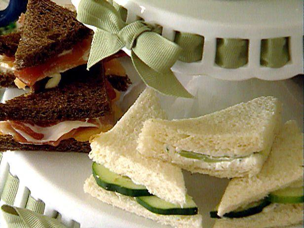 Finger sándwiches o té presentados en la torta con gradas plates-CelebrateandDecorate.com