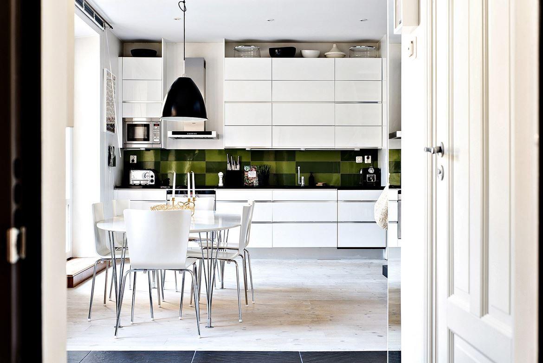 Kök stenskiva kök : Kök med gott om förvaring bakom skÃ¥psluckor i dubbla rader och bra ...