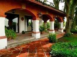 Conozcamos este hogar mexicano y su dise o vibrante y for Fotos de fachadas de casas andaluzas