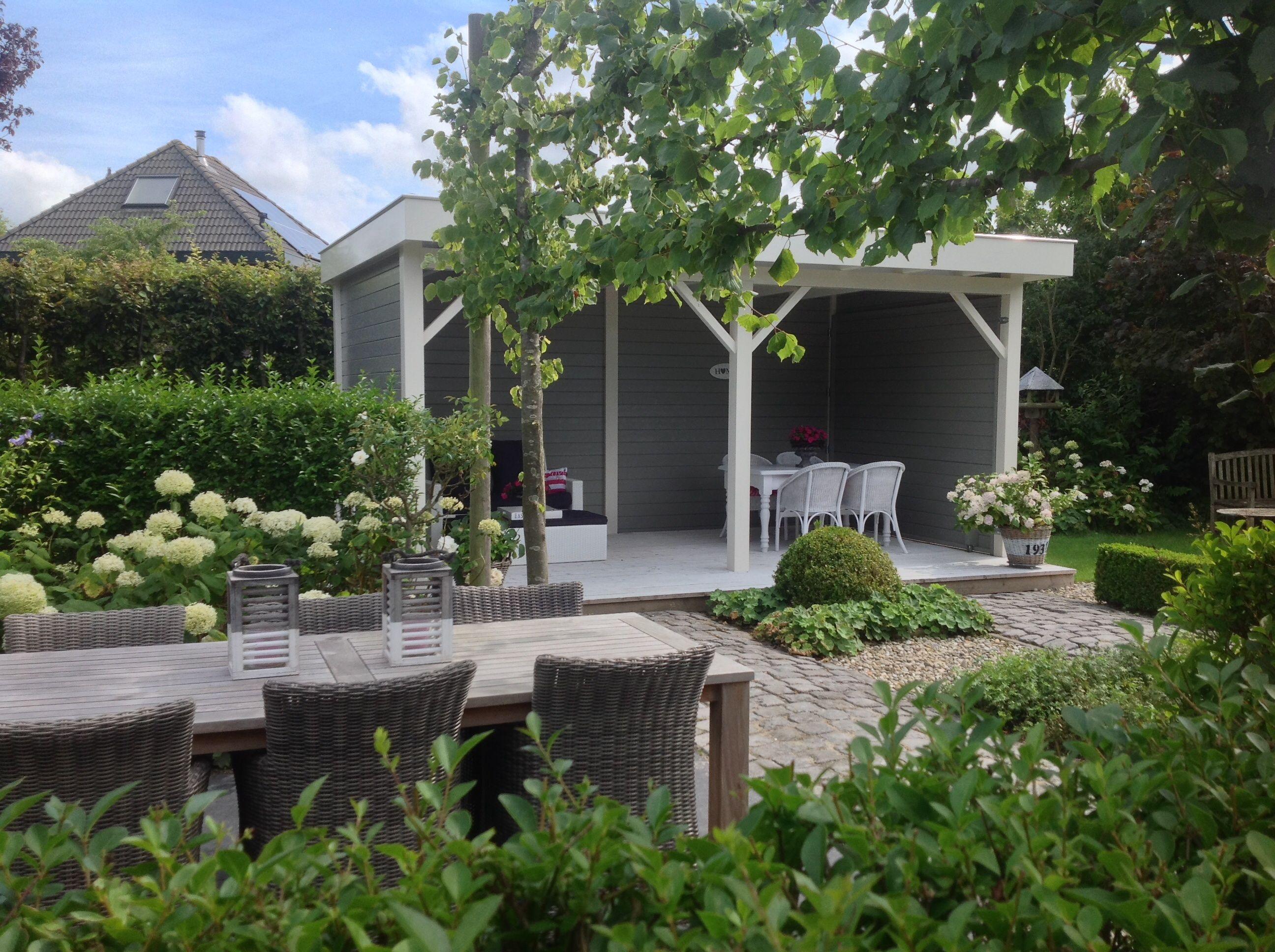 Zoo blij met onze veranda achter in de tuin! Tuin en