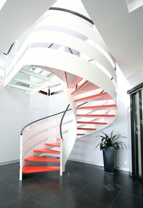 escalier fut central d billard loft avec marches couleurs et limon m tal blanc deco. Black Bedroom Furniture Sets. Home Design Ideas