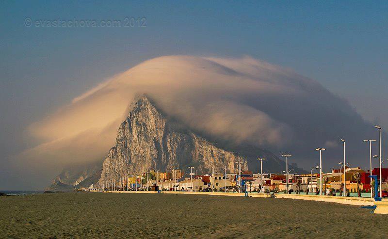 Una imagen clásica del temporal de levante en el Peñón de Gibraltar