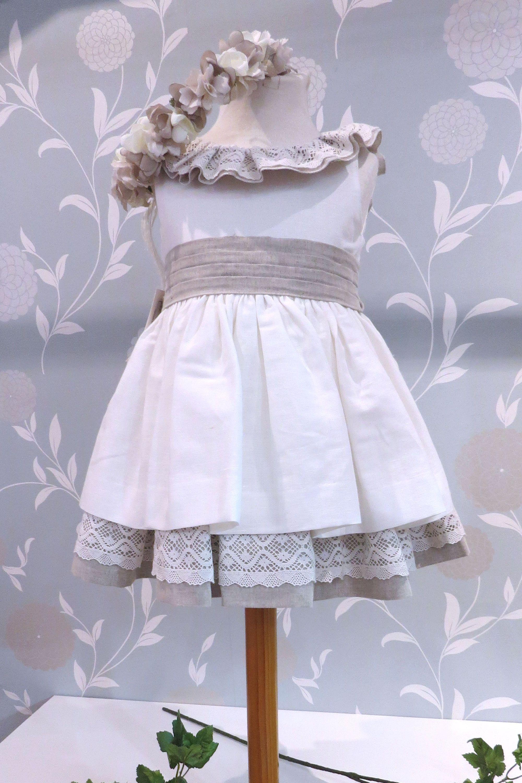 391b9c78a Vestido de arras para niña hecho en lino y algodón. Disponible en tres  variaciones