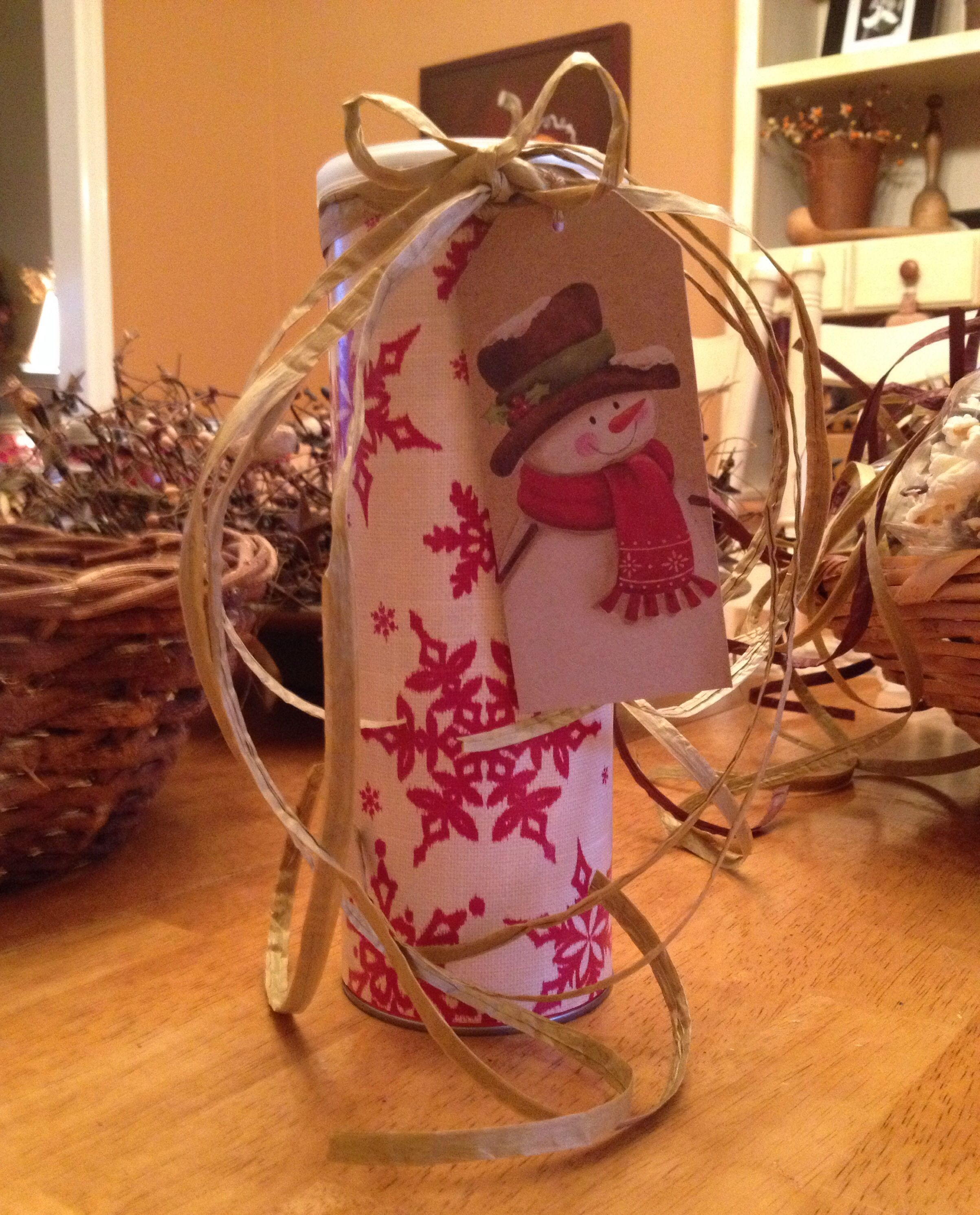 The coolest way to gift cookies ever! Pringles can wrapped in paper! Add raffia ribbon and a pretty tag!