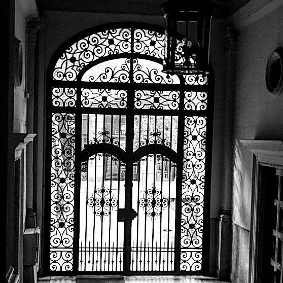 Puerta del ensanche -Porta de l'eixample - Barcelona #hierroforjado #wroughtiron #eixample #mainentrance  #wroughtironornamentaldoor #hierroforjado #beautiful #amazing #barcelona #bcninspira #bcnlovers #bcnmoltmes #ensanche #puerta