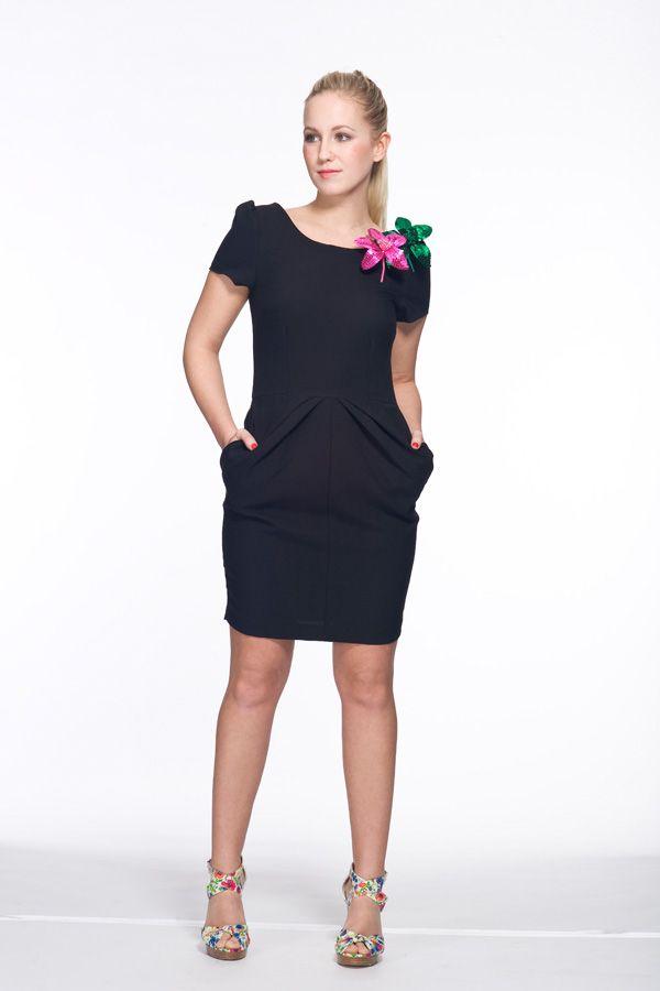 Schwarzes Kleid als Partyoutfit mit Broschen - Bilder - Mädchen.de