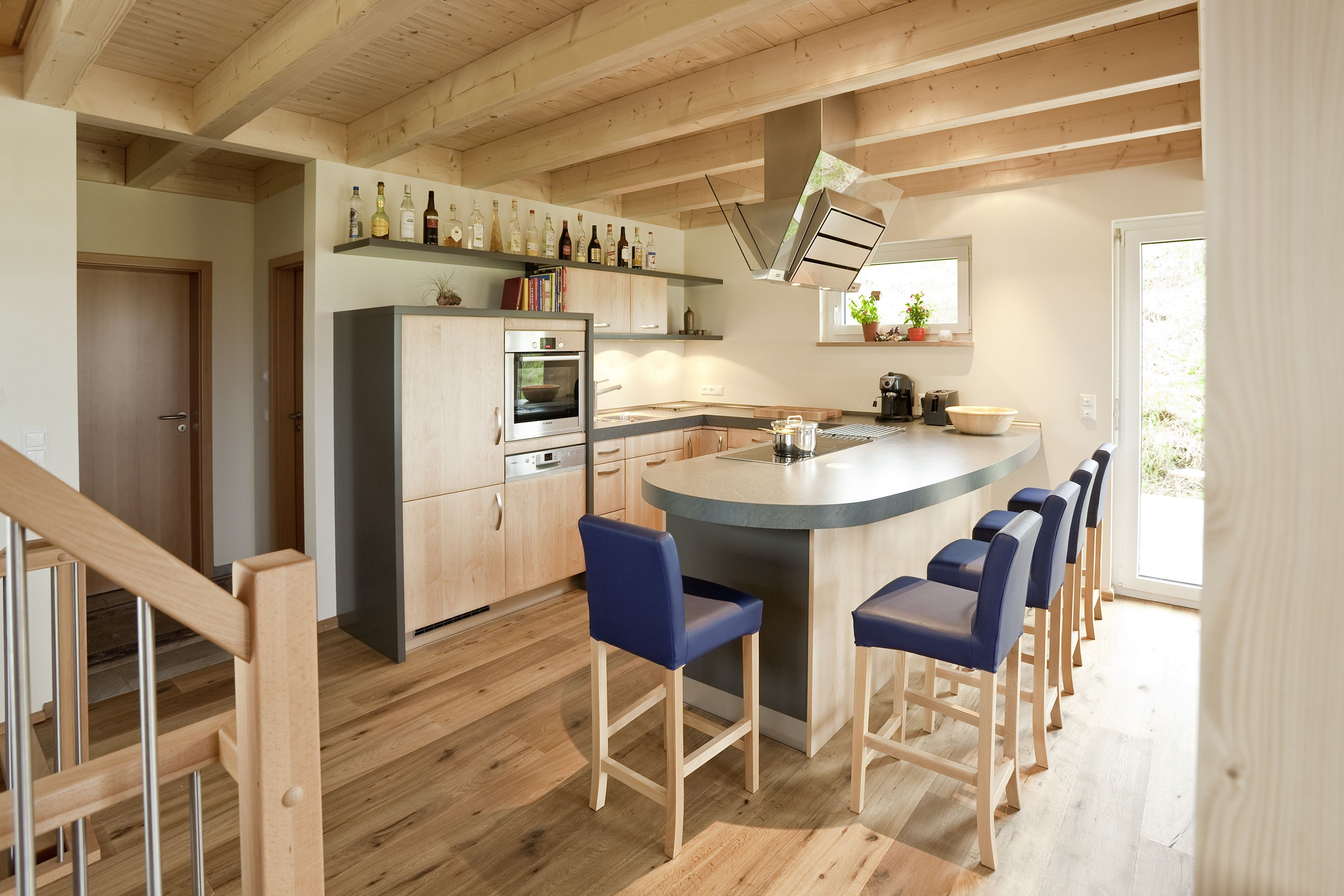 offene Küche im hellen Holzhaus, Holzhaus, Holz, Theke, Küche ...