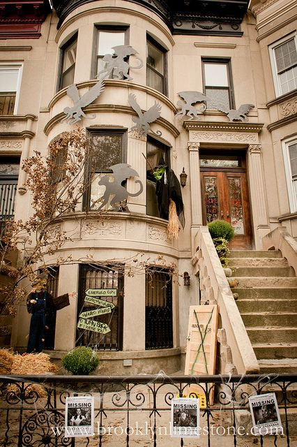 Great urban yard decorations for #Halloween, themed around a wicked