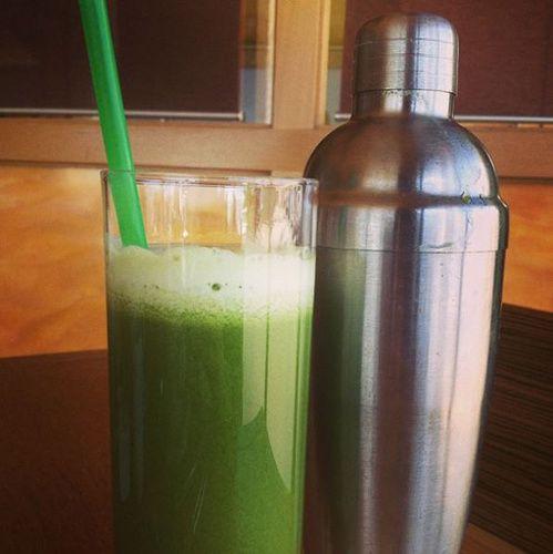 Ce que mange Rosie Huntington Whiteley petit dejeuner : jus vert spiruline, kale, épinards