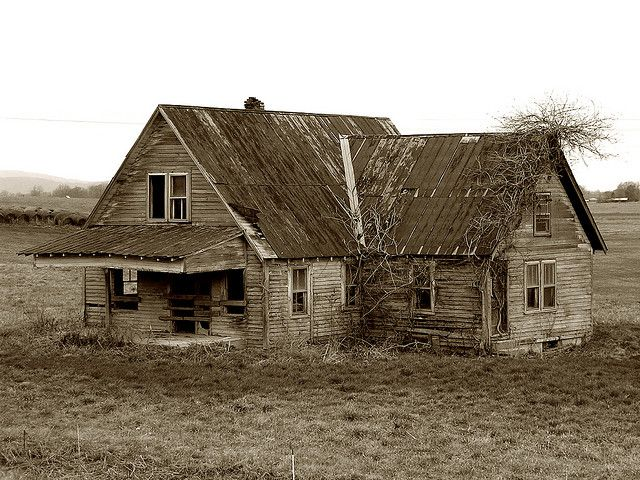 Old Farmhouse With Images Old Abandoned Buildings Abandoned Farm Houses Abandoned Mansions