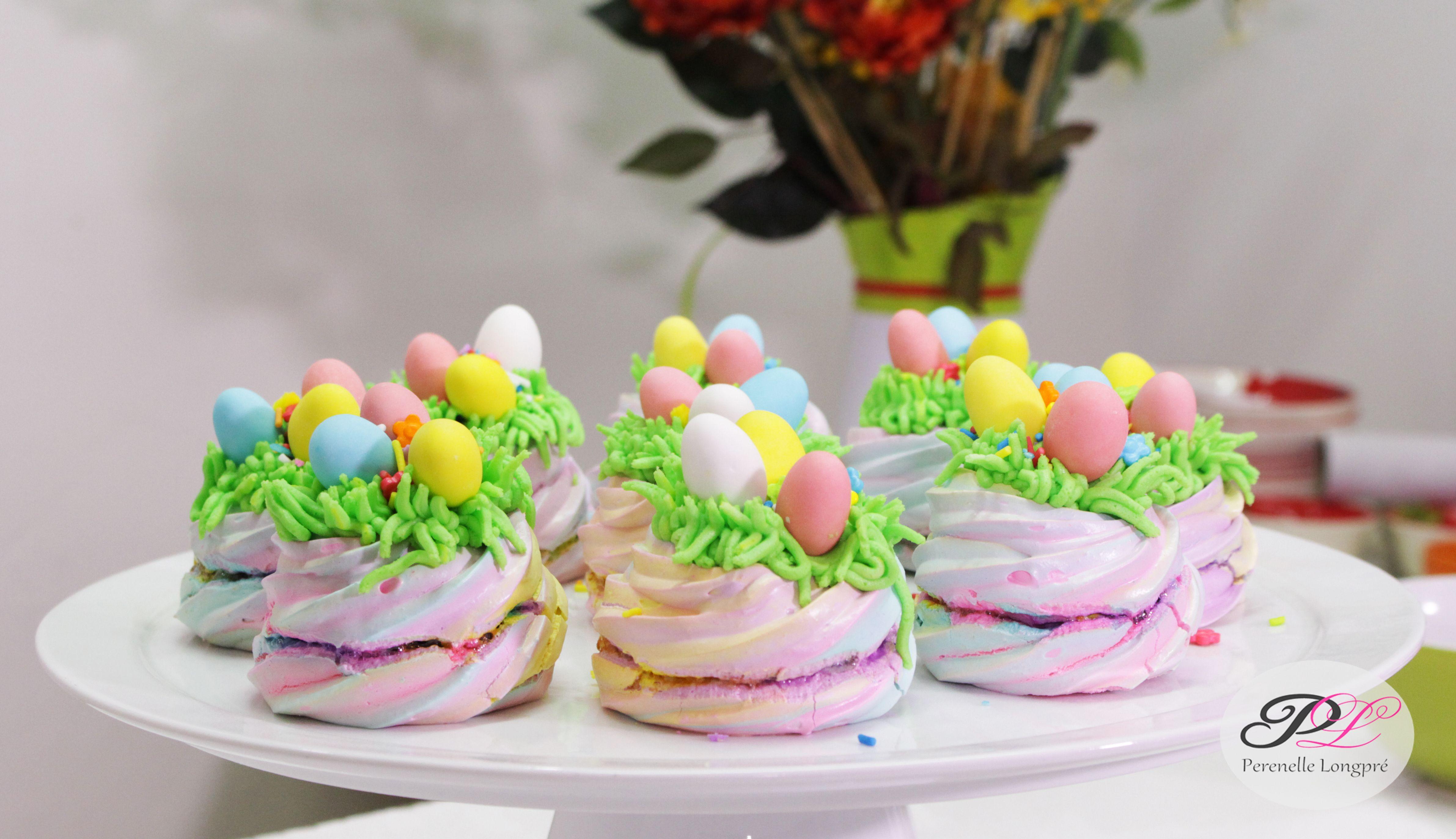 Decorar con buttercream, sprinkles y huevitos de pascua
