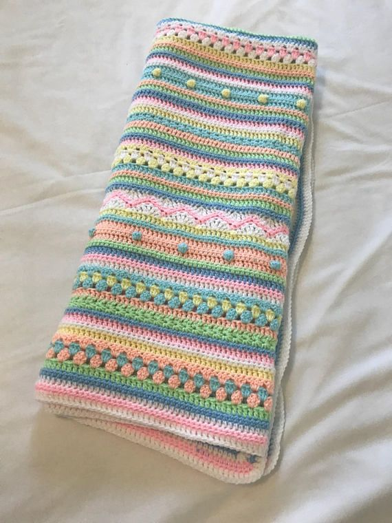 Neue handgemachte gestreifte Runde Decke. Von hand gehäkelt ...