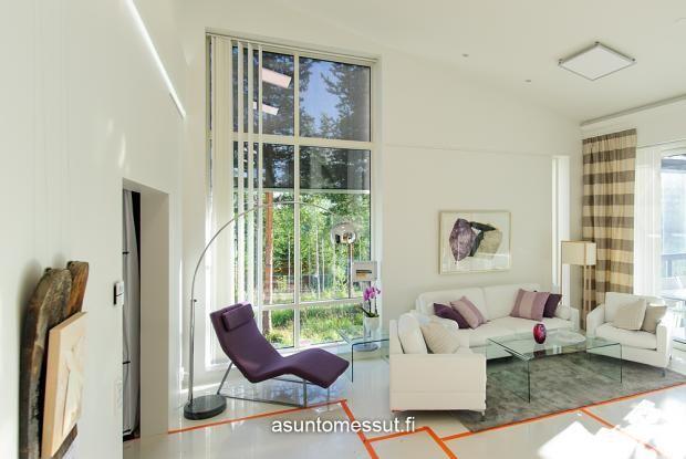 Sohva pöydät Iskusta Air -mallisto, valkoista ja kirkasta lasia, myös sivupöytä