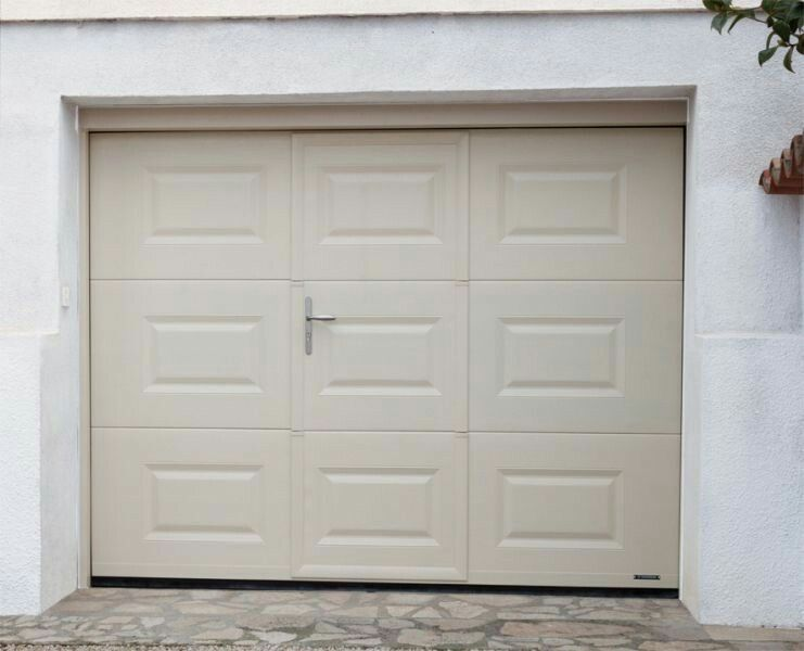 Porte de garage sectionnelle avec portillon la toulousaine for Porte de garage icare