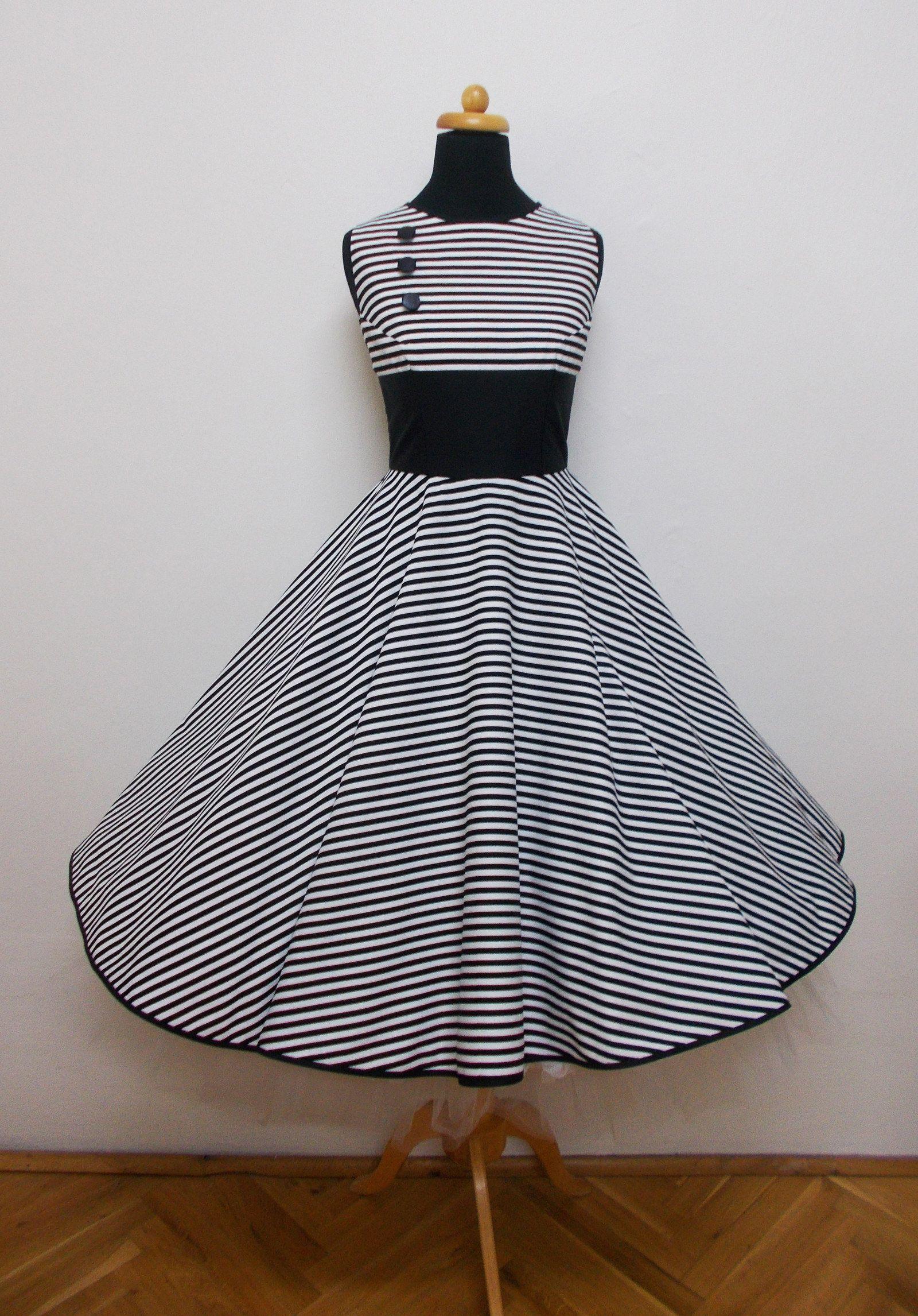 6653773d2200 Černobílé pruhované s kolovou sukní Materiál-bavlna Obvod hrudi-88cm obvod  pasu-70cm Délka sukně-65cm Bez spodničky