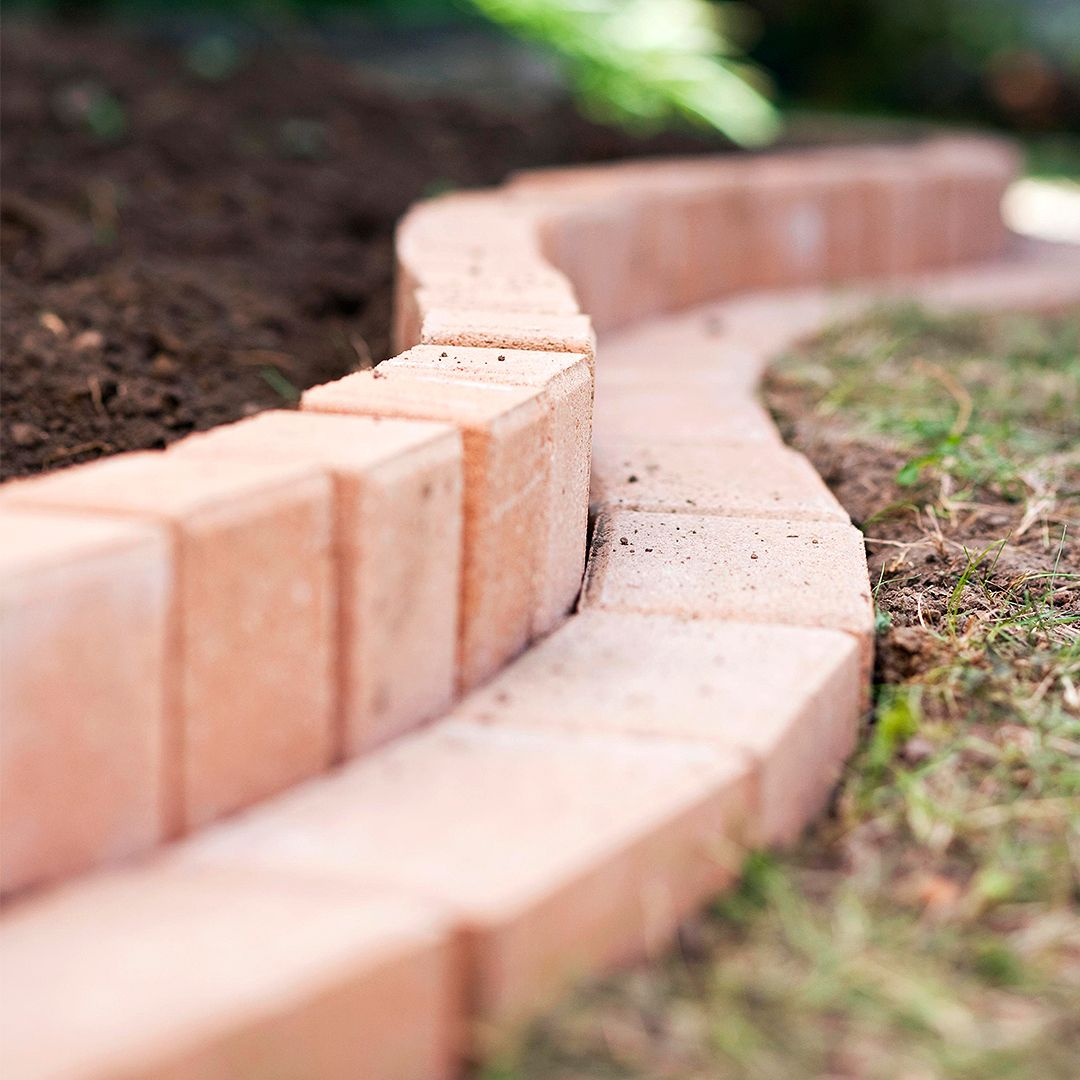 How To Plant A Curved Brick Flowerbed Border Brick Garden Brick