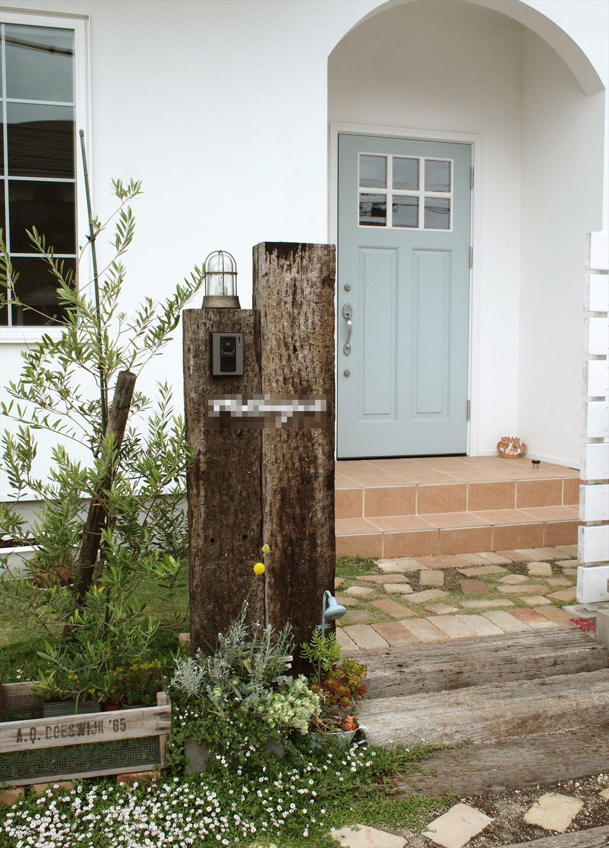 家 外観 エクステリア 玄関 アーチ ポーチ 塗り壁 タイル 枕木 輸入
